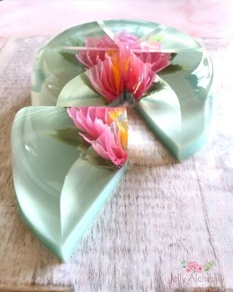 Gelatina decorada 3D con flor, cortada para ver el interior