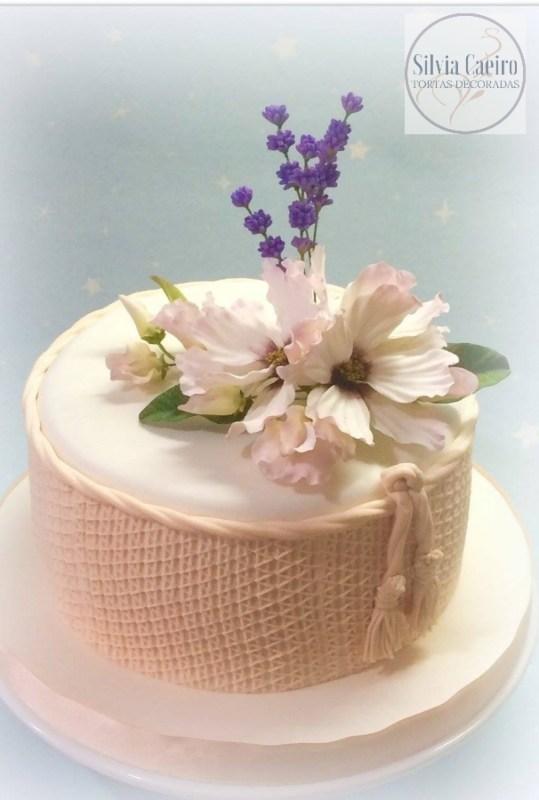 torta vintage forrada en pasta de azúcar con flores de lavanda y cosmos en pasta de goma